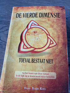 Boekomslag In de vierde dimensie toeval bestaat niet